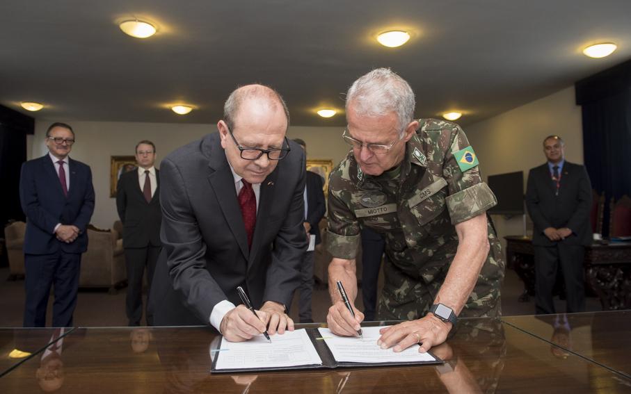 Ir. Evilázio Teixeira e general Geraldo Antônio Miotto assinam acordo
