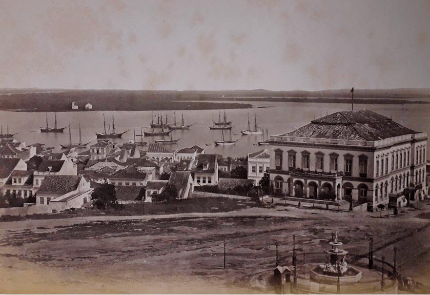 Vista da torre da antiga Catedral, na Praça da Matriz, em Porto Alegre