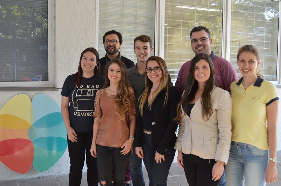 Oito alunos das Escolas de Medicina e de Ciências da saúde em frente ao Instituto do Cérebro