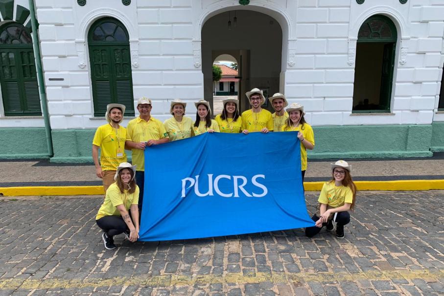Alunos e professores da PUCRS no em Piauí, com camisetas do Projeto Rondon e bandeira da PUCRS