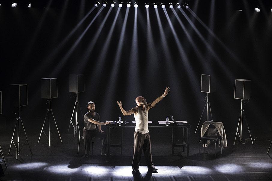 Ator encenando A Ira de Narciso no palco