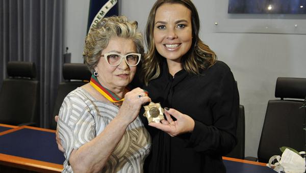 Ruth Maria Chittó Gauer recebe Medalha do Mérito Farroupilha