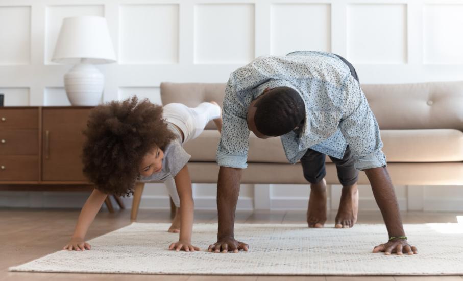 """Como """"achatar a curva"""" do coronavírus com exercícios em casa - Cartilha aborda práticas de atividades físicas para realizar durante a pandemia"""