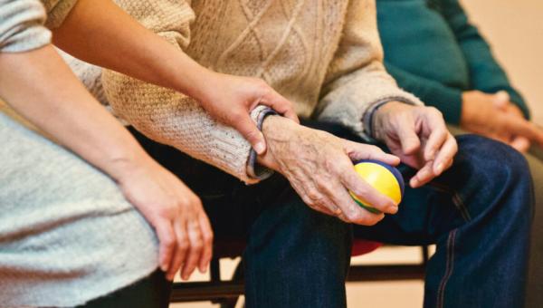 A solidariedade nunca envelhece: saiba como ajudar a comunidade