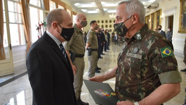 Reitor da PUCRS é condecorado como Colaborador Emérito do Exército