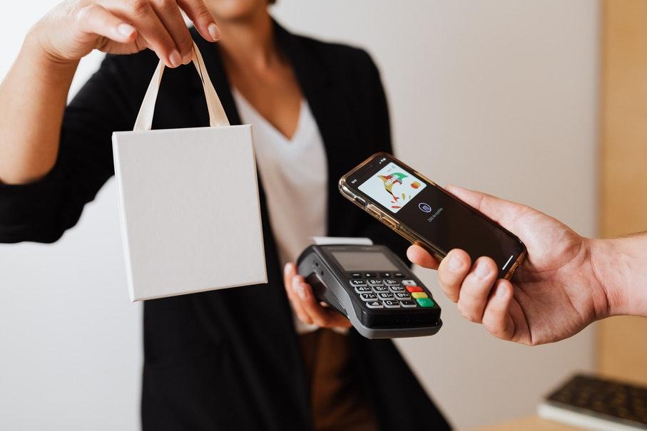 mulher fazendo compras na black friday