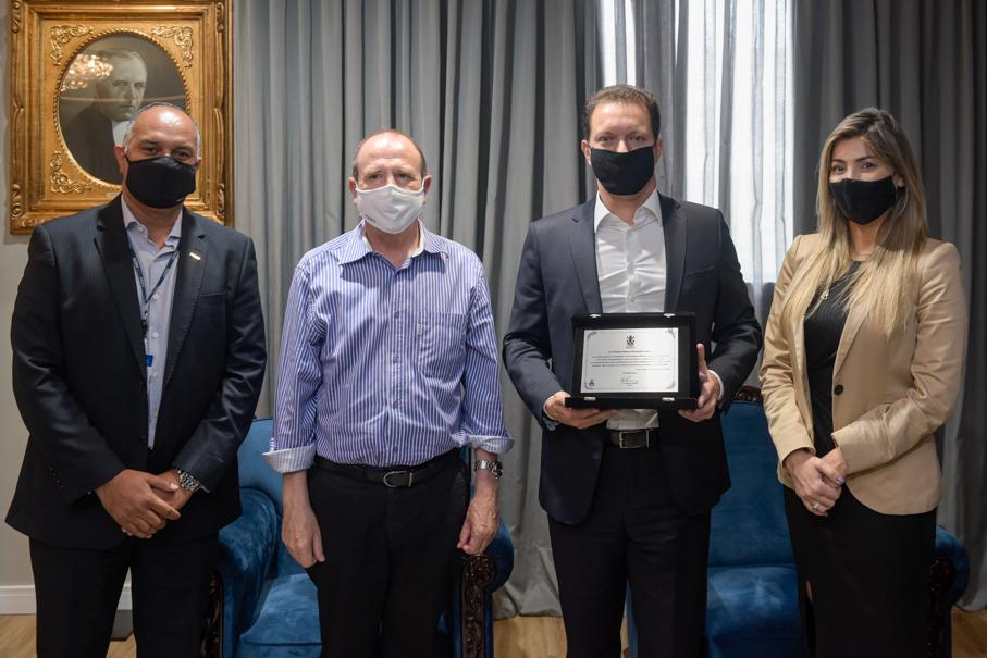 Visita e entrega de homenagem ao prefeito de Porto Alegre Nelson Marchezan