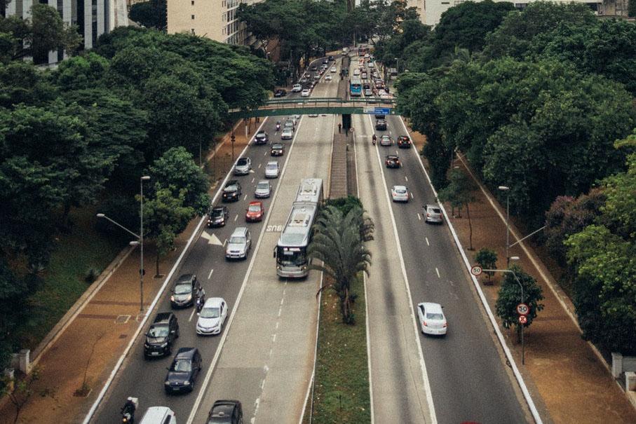 Imagem de veículos em uma rodovia
