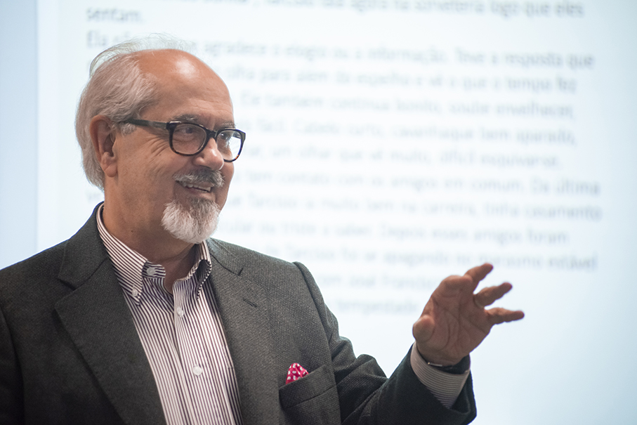 Professor Luiz Antônio de Assis Brasil ministrando aula