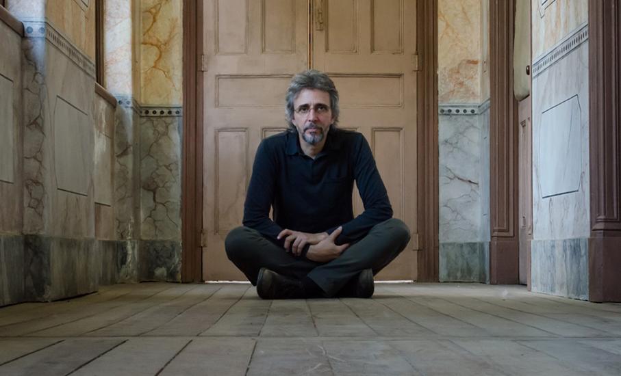 A música de Vitor Ramil a partir do ano 2010 é o tema da última live da série de conversas com o cantor.
