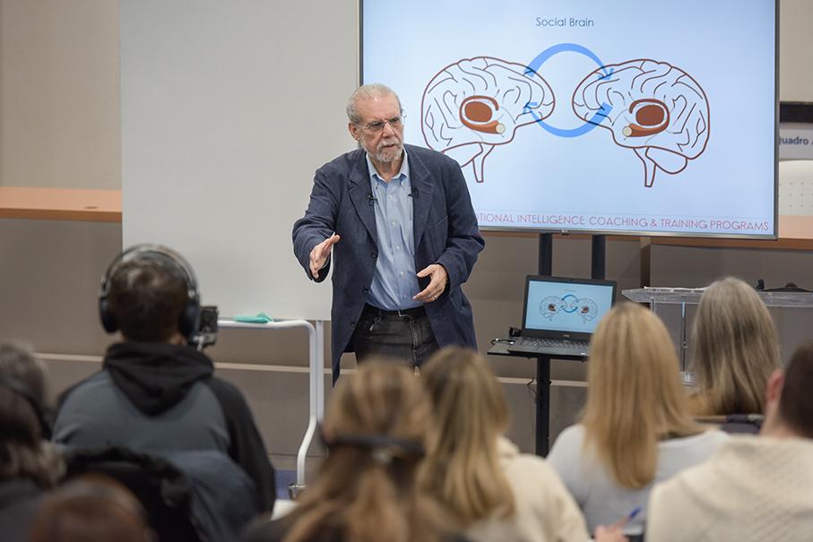 Professor Daniel Goleman em aula do PUCRS Online presencial