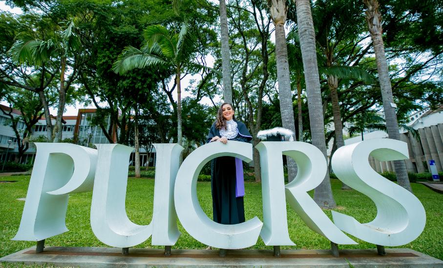 Como realizei o sonho de cursar o ensino superior com o crédito educativo da PUCRS - Principal benefício financeiro oferecido pela Universidade, o Proed permite pagar metade do valor do curso após a formação.