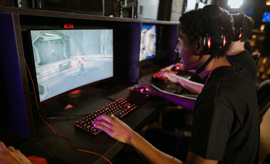 Uma pessoa jogando enquanto milhares assistem: 5 passos para se tornar streamer - A área de streaming de jogos tem ganhado cada vez mais espaço entre quem decide começar a trabalhar com a internet